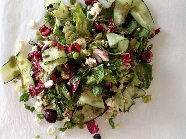 Πράσινη σαλάτα με κεράσια, φέτα και dressing ηλιόσπορου