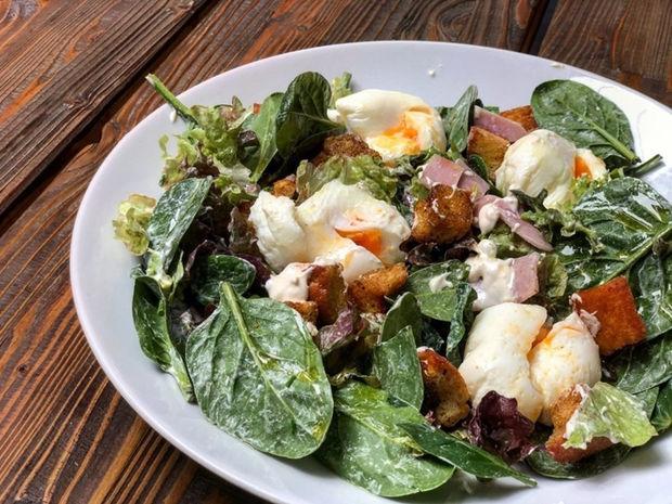 Πράσινη σαλάτα με αυγά ποσέ