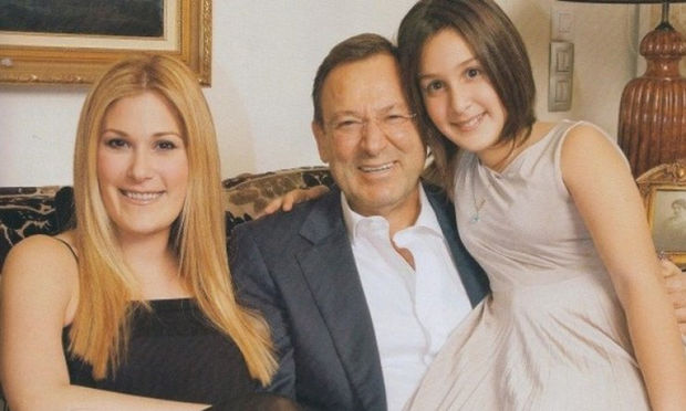 Ανδρέας Φουστάνος: Δείτε τις κόρες του να ποζάρουν αγκαλιά σε έξοδό τους