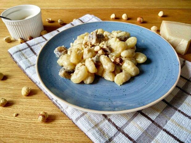 Νιόκι σε σάλτσα παρμεζάνας με μανιτάρια και φουντούκια