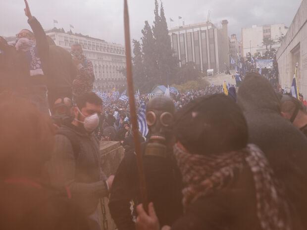 Συλλαλητήριο για τη Μακεδονία: Ένταση και χημικά μπροστά στον Άγνωστο Στρατιώτη