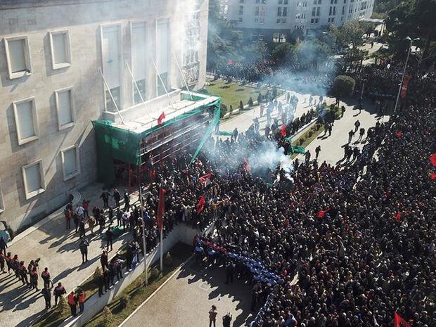 Χάος στην Αλβανία: Άγρια επεισόδια και ξύλο - Χιλιάδες διαδηλωτές ζητούν παραίτηση Ράμα