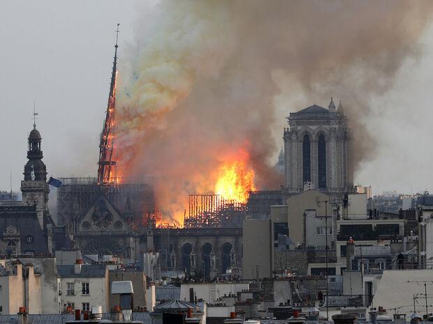 Παναγία των Παρισίων: Η «Πόλη του Φωτός» θρηνεί για την καταστροφή του συμβόλου της