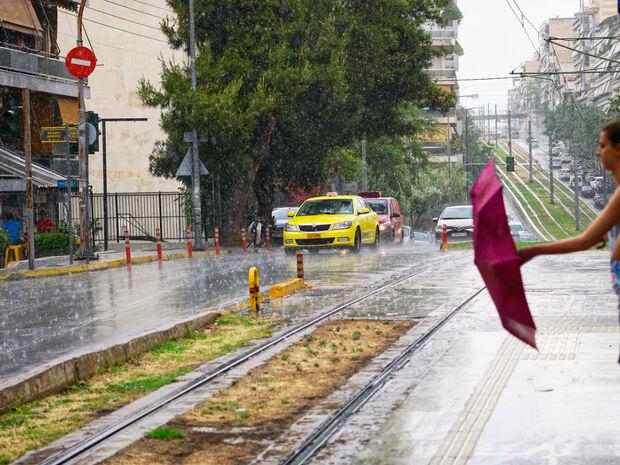 Καιρός: Χαλάζι και καταιγίδες «χτυπούν» την Αθήνα