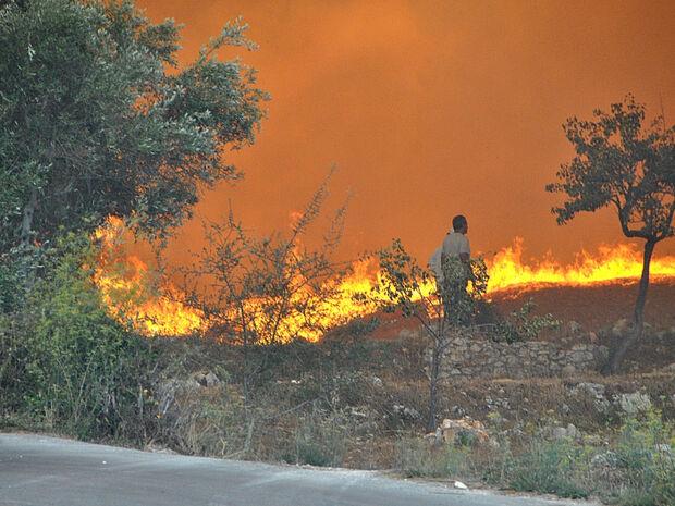 Φωτιά ΤΩΡΑ: Συναγερμός στο Λαύριο για τη μεγάλη πυρκαγιά - Εκκενώθηκε καταυλισμός προσφύγων